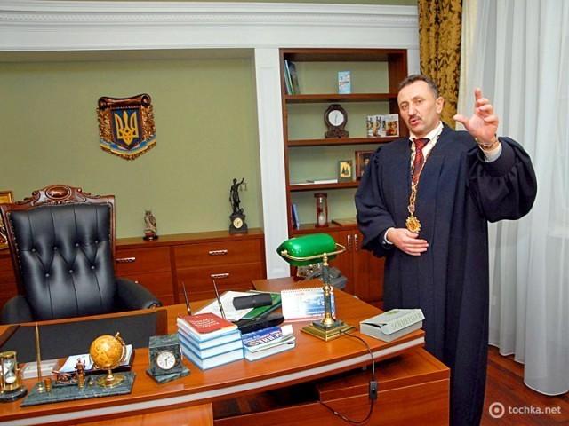 Судя «колядник» Зварич ищет инвестора для издания своей книги