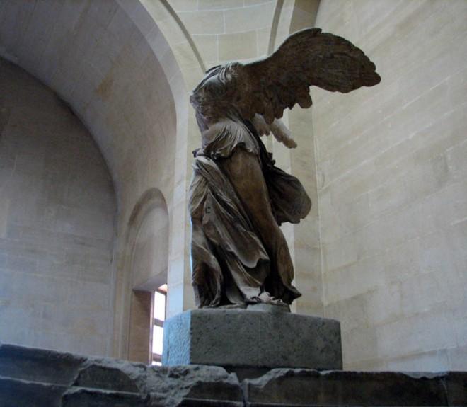 Безголовая богиня победы Ника Самофракийская ждет реставрации.