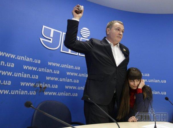 Девушке забросавшую Колесниченко дерьмом, единомышленники кричали «Слава»