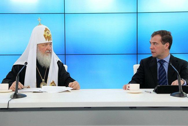 Медведев обязал приезжих сдавать экзамены по русскому языку, а РПЦ помощь в эго изучению.
