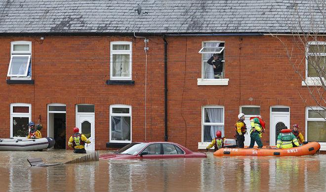 Британцы, спасаясь от сильных наводнений, обсуждает, как Абрамович встретит новый год