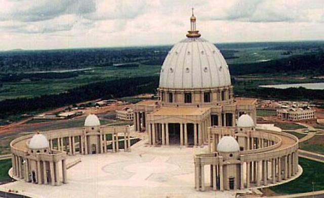 Самый большой собор в мире. Католическая роскошь посреди бедного мусульманского населения.