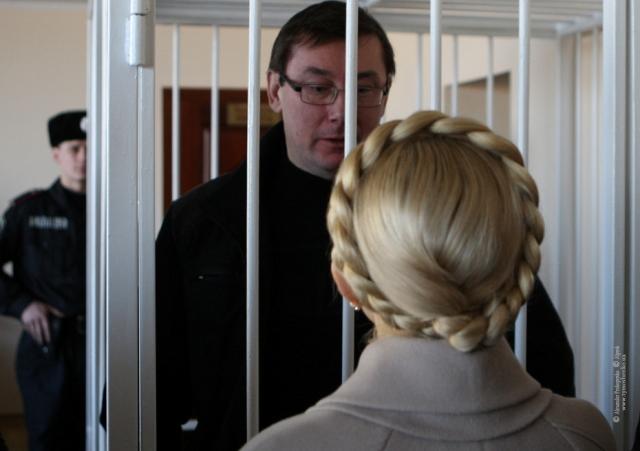 Тимошенко в больнице стерегут её сторонники, а Луценко требует концерта
