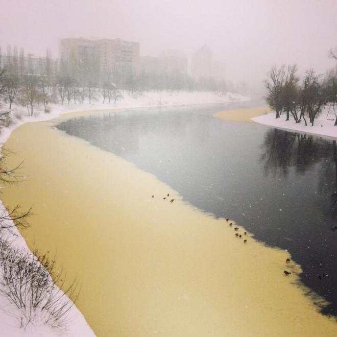 Экологи утверждают, что желтая вода в Днепре, это естественно.