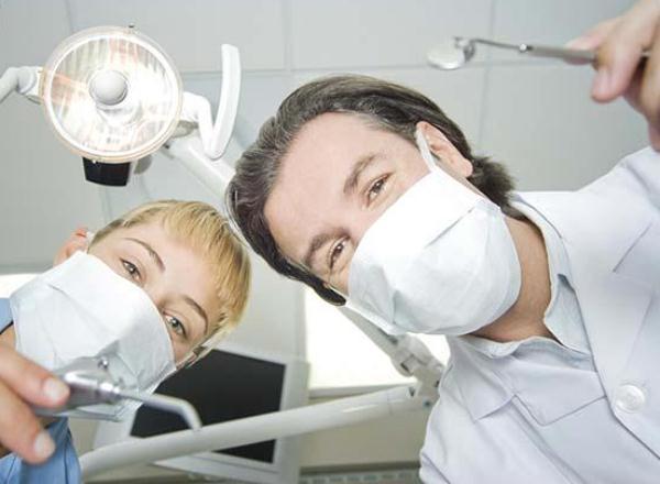 Людей убивают зубные пломбы, одноразовая посуда и линзы для очков