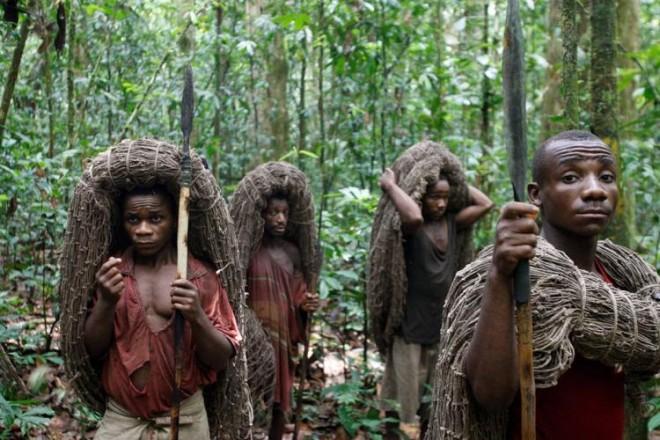 Племя Явалапати столетиями проживало в долине реки Амазонки. Но сейчас около 200 человек переселены в национальный парк Шингу, расположенной в штате Мату-Гросу. Первое упоминание об этих жителях появилось в 1887 году. Миссионеры, обнаружившие этих людей, описывали их как очень бедный, но сильный духом народ с очень колоритными традициями. В 1954 году из-за стычек с соседними племенами и не контролированной вырубкой леса численность населения племени Явалапати резко сократилась. Люди из этого племени до сих пор наносят на свое лицо краску, которая показывает их настроение.