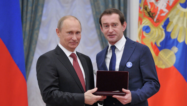 Константин Хабенский пришел по награду к Путину с тайным посланием на груди