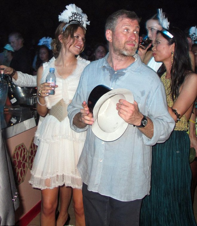 Новый год Абрамович встретил на пляже, в окружении полтысячи гостей, под песни Kings of Leon