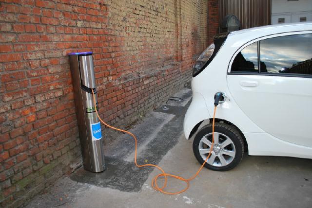Американские ученые создали беспроводную зарядку для электромобилей.