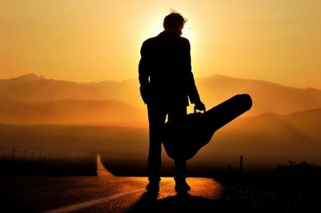 Мужчина с гитарой имеет больше шансов, понравится девушке