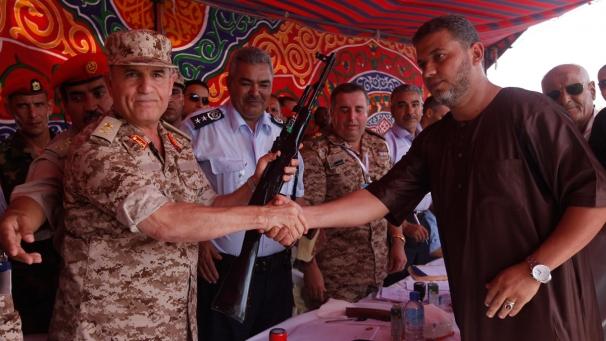 Ливийцы массово сдают оружие военным