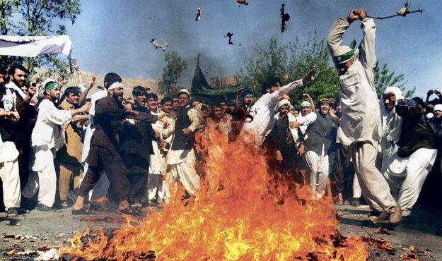 Из-за фото в соцсети мусульмане разгромили город.
