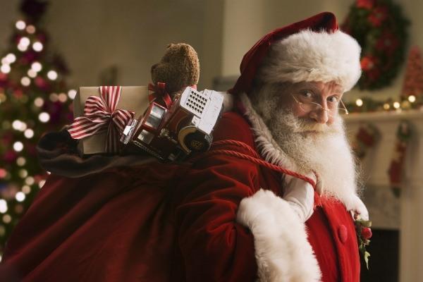 Санта Клаус покинул свою резиденцию, эго видели на танке,  Lamborghini, в окружение истребителей и даже под водой.